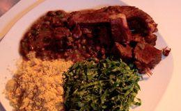 Feijoada simples e fácil de fazer: Família Pinheiro desafia Claude Troisgros a preparar o prato. Anote a receita.