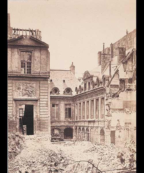 Démolition de l'Hôtel d'Effiat en 1882. Le bas-relief visible à gauche se…