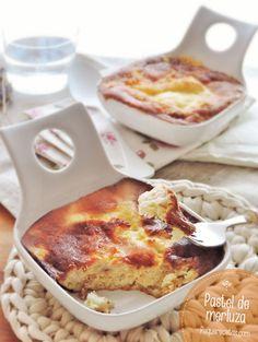 PASTEL DE MERLUZA 400 g de merluza 3 puerros 30 g de aceite de oliva virgen 200 g de nata líquida para cocinar 50 g de queso blanco cremoso 3 huevos perejil picado queso rallado sal