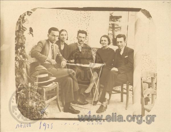 Πέλος Κατσέλης (αριστερά), Μαίρη Σαγιάννου-Κατσέλη (δεύτερη από δεξιά), 1925. ΑΡΧΕΙΟ ΚΑΤΣΕΛΗ-ΕΛΙΑ