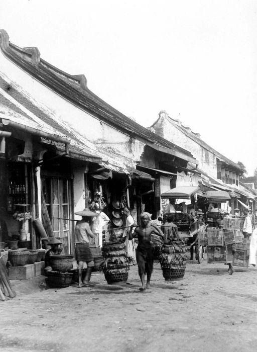 Batavia - Pasar Senen, Batavia. Senen area in Jakarta is still there, a very busy street and yes you can still see some Chinese houses with the typical red roof top although it's not as beautiful as they were long time ago
