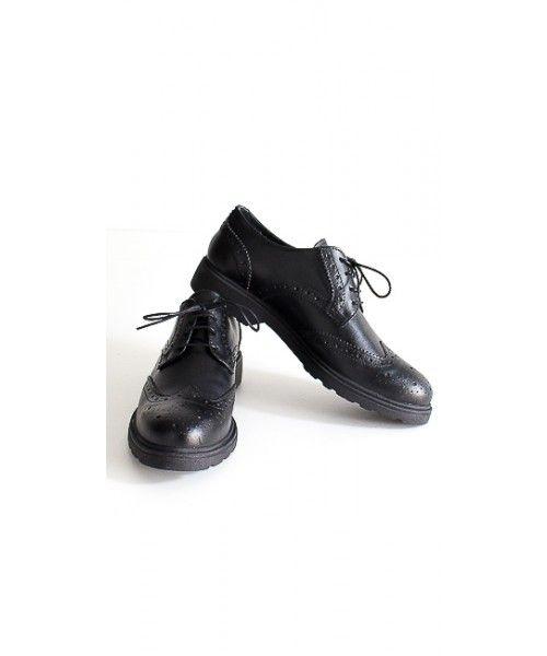 Scarpe stringate in pelle con suola in gomma.