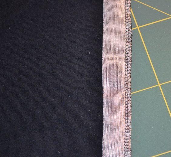 Tricot zomen, door eerst een strook rekbare vlieseline aan de verkeerde kant van de zoom te naaien, met de plaktstrook aan de buitenkant