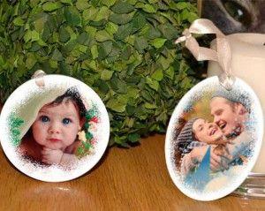 Suggerimenti per decorare il tuo albero di #natale: se vuoi dare un effetto elegante al tuo arredamento personalizza con le foto della tua famiglia e grafiche delle decorazioni in ceramica.  Scoprile qui:  http://www.fotoregali.com/blog/albero-natale-tutto/