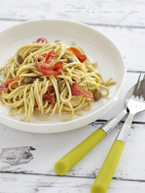 Wiem co jem - Spaghetti pełnoziarniste z pesto z rukoli, kaparami i szynką szwarcwaldzką
