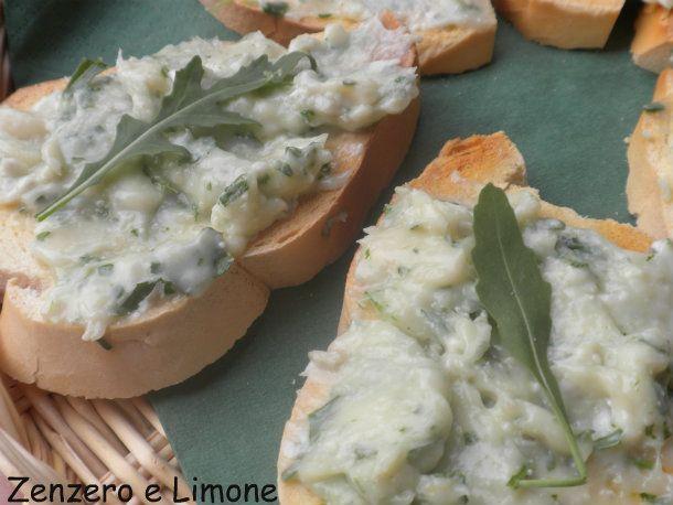 questi crostini al gorgonzola e rucola sono un finger food ideale per cene informali tra amici. Si tratta di una ricetta semplice e veloce!