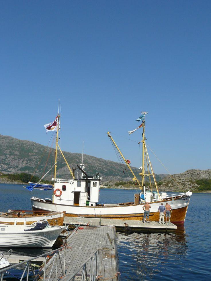 11 July: naše kocábka a tři námořníci - skipper Hans, owner Jarl a Vidar