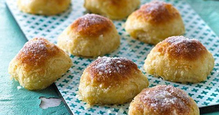 """Opskriften er fra dengang udtrykket """"rigelig med smør"""" opstod.  Cremebollerne er meget smørfyldte og minder om en blanding af doughnuts og wienerbrød."""