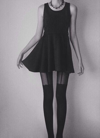 Suspender tights und kleines schwarzes