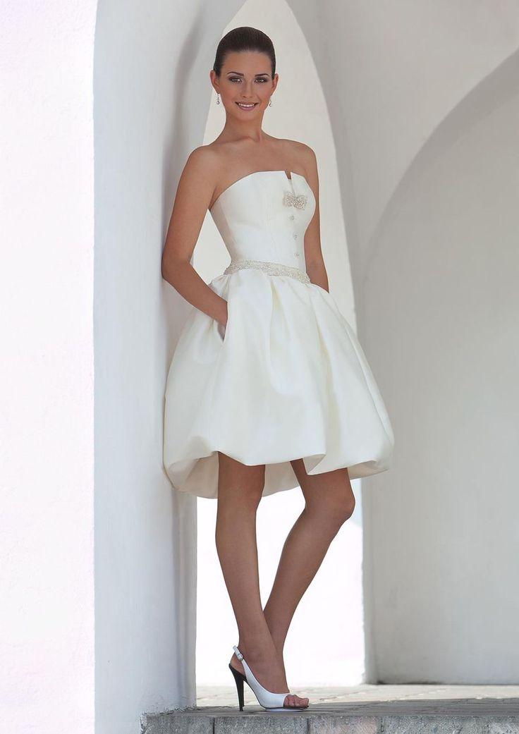 """Charly-mini: одна из вариаций платья Сharly. Свадебное платье для невесты веселого настроения и утонченного стиля.  Ткани и материалы: сатин-микадо Цвет: платья: белый, жемчужный, кремовый  Идея: декор платья может быть выполнен в разных цветах, наприм - фото 1699975 Свадебный салон """"Art Podium"""""""