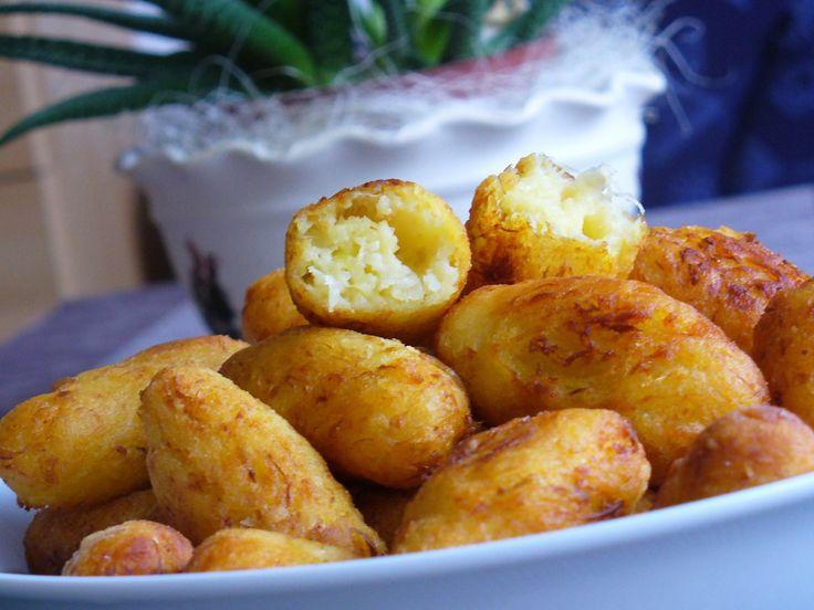 Studené uvařené brambory ( nejlépe uvařené den předem) nastrouháme na jemném struhadle. Přidáme žloutek a překrájené, vymačkané zelí. Když je moc...