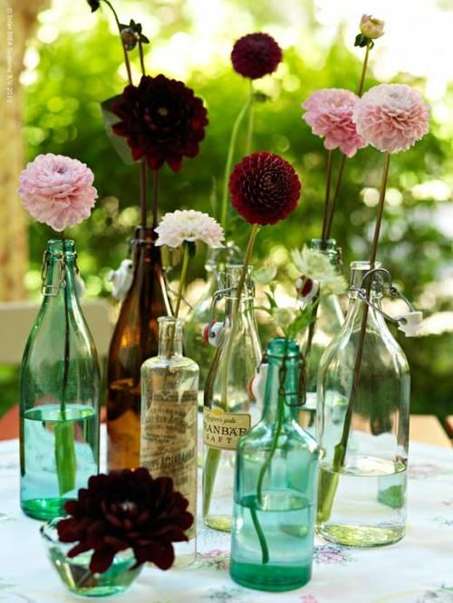 #Vintage apothecary bottles as bud vases make for a charming and informal #floral arrangement | Photography and styling by Madelin Downey of Downey Blomster  Jazz downey.se #dahlias