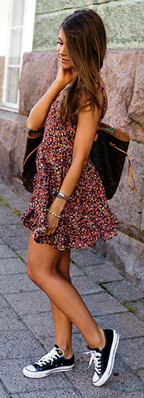 Zapatillas y vestido ancho. Vestidos: negro hippie manga larga, negro o marrón Bershka manga sisa, flores manga larga, estampado rojo y negro manga larga. Bolso negro o blanco.