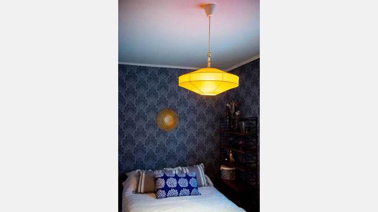 Yngsta dotterns nytapetserade sovrum. Lampa fyndad på loppis.   Bild: Thea Holmqvist