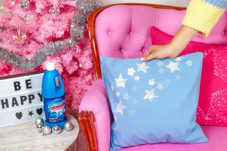 Mit wenigen Schritten lassen sich einfache Kissen weihnachtlich mit Bleiche verzieren. Klicke hier und probiere diesen genialen DIY Hack mit DanKlorix aus!