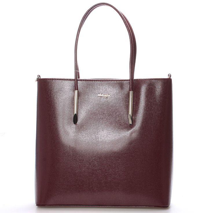 #hit #2016  Novinka našeho e-shopu. Luxusní model od značky Maggio je odrazem elegance, luxusu a stylovosti. Vínová saffianová kabelka Maggio Florida je opravdovým skvostem, perfektní tvar, jemné doplňky, čistota designu. Vezměte si ji na společenskou akci, ale i do práce nebo jen tak do města. Kabelka je středně velká a pevná. Uvnitř vám kabelka nabídne menší kapsy bez zipu a se zipem a nedělený prostor s černou podšívkou. Kabelka  má nastavitelný popruh.