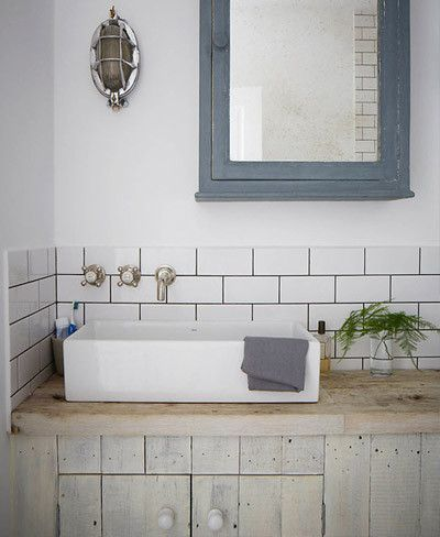 Cuarto de baño alicatado a media altura