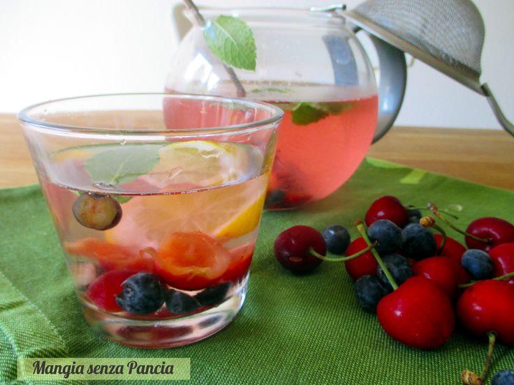 Bevanda depurativa mirtilli e ciliegie: una bevanda colorata, gustosa e fresca che aiuta a bere e piena di proprietà salutari.
