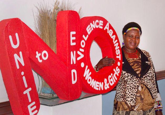 Theresa Kachindamoto, supervisora de um distrito em Malawi, país da África, se destaca como uma líder feminista ajudando mulheres e garotas de sua comunidade. Por ser uma região muito pobre, é grande a incidência de famílias que arranjam casamentos para meninas a fim de aliviarem os gastos da casa, deixando as despesas para o futuro marido. . Uma em cada cinco mulheres são vítimas de abuso sexual. O que é extremamente preocupante, uma vez que os índices de HIV só crescem no país.