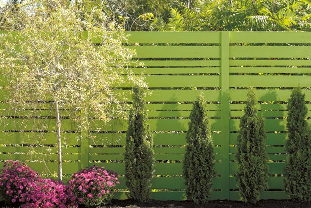 I like the green fence, good to blend in, in the summer at least Should you choose wood or PVC for my #fence ? Click for tips from RONAMAG  