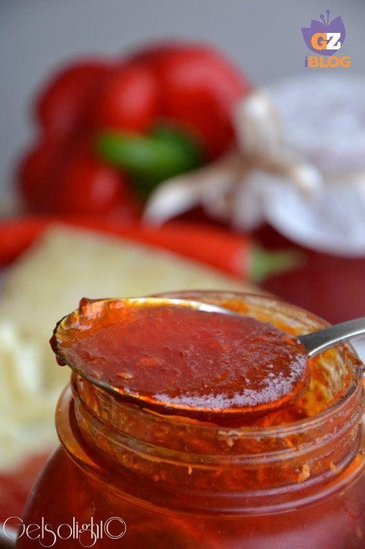 Confettura di peperoni rossi e peperoncini piccanti, una conserva deliziosa da abbinare a formaggi di media e alta stagionatura o anche agli erborinati.
