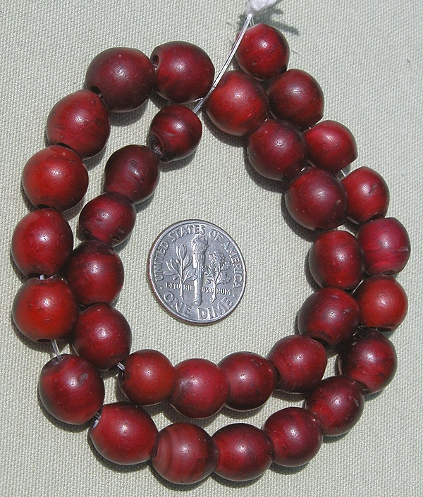 A strand of 33 exceptional round Venetian cornaline or whiteheart beads made in the 1800's and used for the African Trade. | The center is white. | The beads measure in length from 9.24 mm to 11 mm and in diameter 9.26 mm to 10.8 mm. | 260$