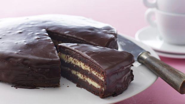 Brug chokoladekagen som dessert, til kaffen, eller servér den som fødselsdagskagen. Den smager fantastisk og kan nemt holde sig i 8 dage i køleskabet – hvis den får lov