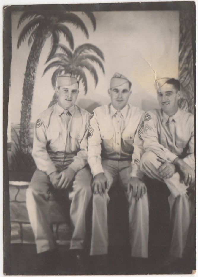 WW2 ARMY GUYS BUDDIES ARCADE BOOTH PALM TREES  OLD/VINTAGE PHOTO-SNAPSHOT-B1960