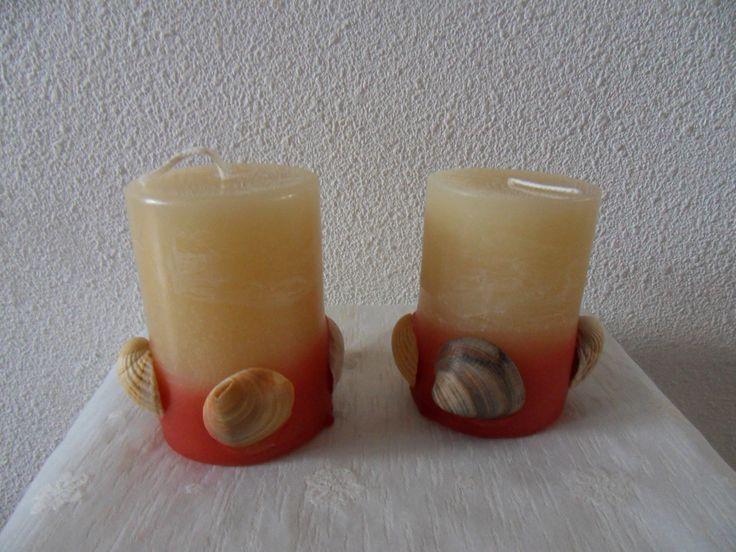 Handgemaakte kaarsen, gedecoreerd met schelpen van de Franse kust.