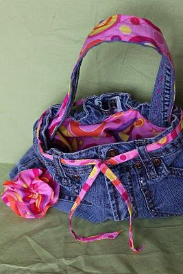 Blue Jean Purse - Quick and Easy - what a great gift! - SO cute to have a fun lining material, matched to the strap, belt, and detachable flower (for the purse or to be worn in the hair) ... would make a wonderful gift for a little girl (upcycled clothing & fashion boards) - by SugarBeeCrafts #UpcycledJeans #JeansPurse #Crafts pb†