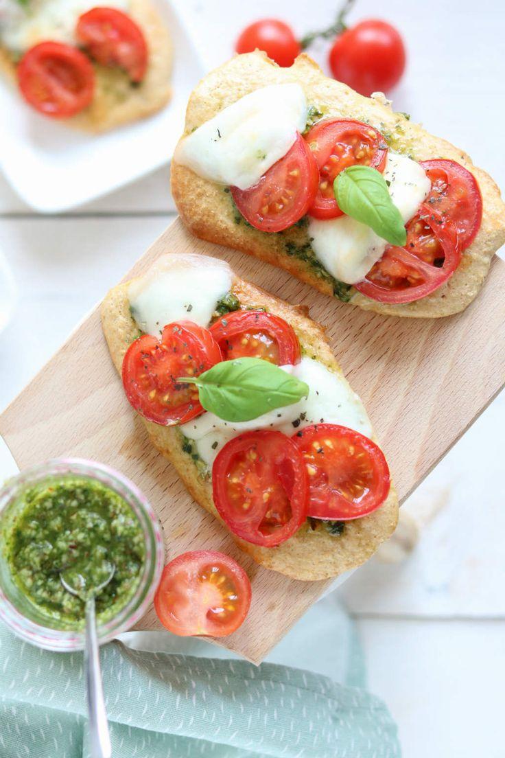 Caprese broodjes met een deeg van havermout en amandelmeel. Deze broodjes staan zo op tafel. Ideaal voor de lunch. Een ideetje voor Pasen misschien?