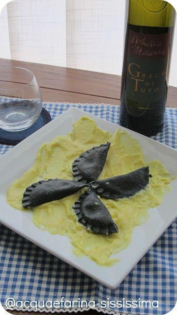 acqua e farina-sississima: ravioli al nero di seppia ripieni di pesto di pistacchio su letto di besciamella allo zafferano