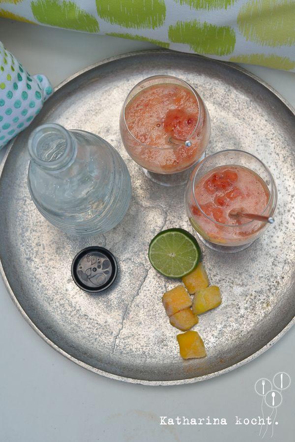 Alkoholfreier Mango-Erdbeer-Cocktail mit Mineralwasser