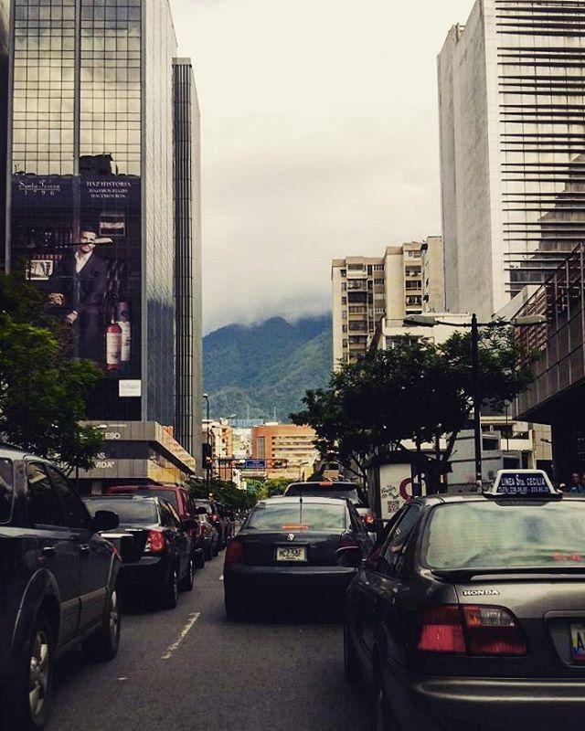 #vidaurbana #urbanlife #Caracas #Venezuela #cityscape #urbanscape #streetscape #citybuildings #tráfico #traffic #CaracasWalk #chacao #ciudad_ve #rinconesdeccs #ElNacionalWeb