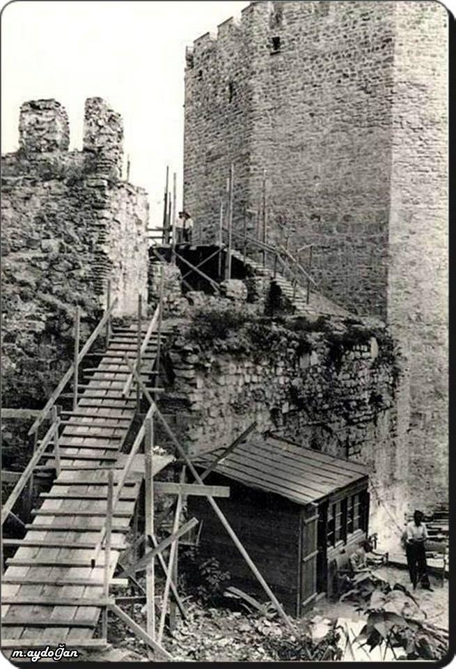 Rumelihisarı restorasyonu. 1953 yılında cumhurbaşkanı Celâl Bayar'ın talimatı ile üç Türk bayan mimar Cahide Tamer, Selma Emler ve Mualla Eyüboğlu Anhegger hisarın onarımı için gerekli çalışmaları başlatmış, kale içindeki ahşap evler kamulaştırılarak yıkılmış ve restorasyon gerçekleştirilmiştir.