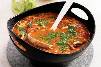 Thuiskoken: Italiaanse Minestronesoep  Italiaanse Minestronesoep  Deze soep is heerlijk nu het buiten zo heerlijk koud is, bovendien smaakt de soep voortreffelijk en is het als maaltijd ideaal!. De soep smaakt het beste als je verse groenten en kruiden gebruikt.  Dit heb je nodig voor 8-10 kommen:      2 eetlepels olijfolie     2 rode uien, gesnipperd     2 teentjes knoflook, geperst     1 prei, in ringen     2 stengels bleekselderij, in dunne plakjes     2 winterwortelen, in blokjes     100…