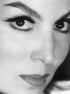Maria Felix, ojos de pistola. Those eyes could reach into the inner depth of one's soul.