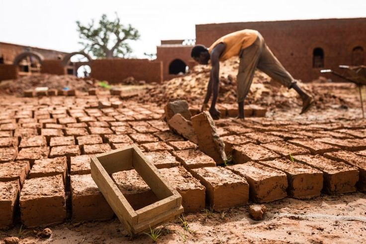 Called Nubian vault, the technique originates from the ancient civilisation of Nubia located in what is today northern Sudan and southern Egypt. It enables the creation of vaulted roofs from mud bricks without the need for any other supporting structures.