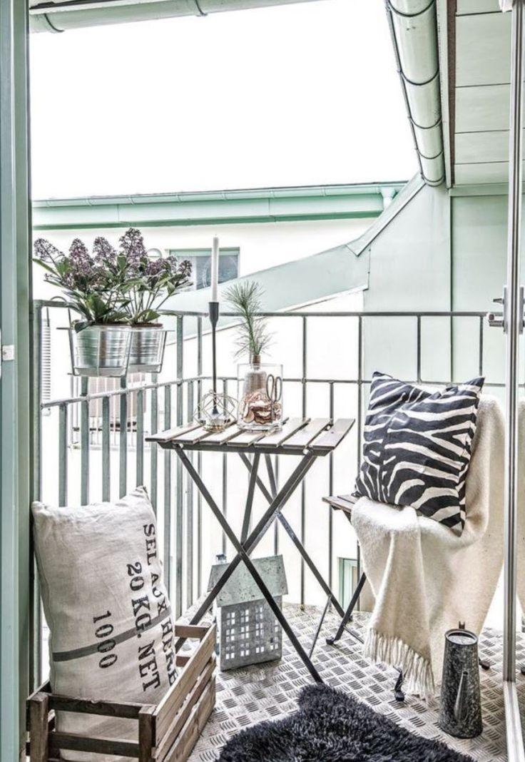 Petit balcon aménagé en camaïeu de gris