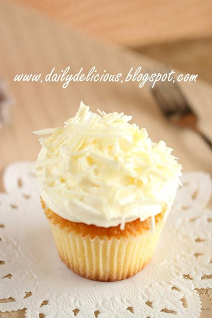 dailydelicious: White chocolate and Macadamia Cupcakes: Let's enjoy the happy moment together.
