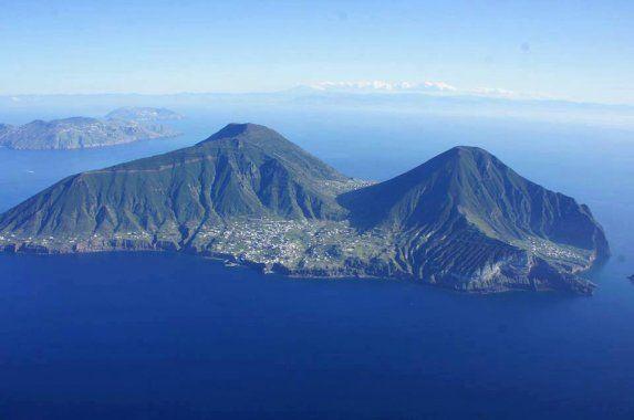 Slapen op het eiland Salina (Eolische eilanden), de filmset van Il Posatino.  la-locanda-del-postino-hotel-malfa-sicilia