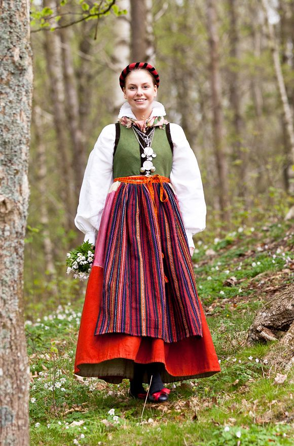 [My brain thought of Aquila colorful attire]-----------------Folk costume, Sweden.