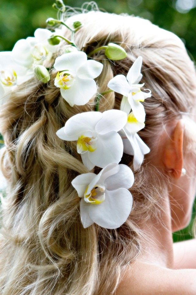 Pretty cascading flowers for the church ceremony under the veil kapsel / hairdo wedding
