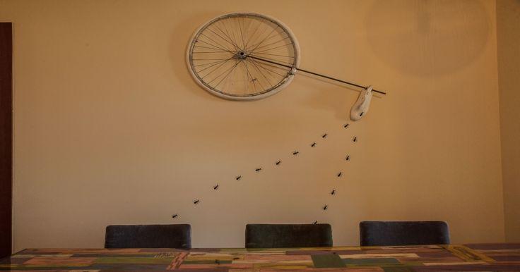 Αντικείμενα που χρησιμοποιήθηκαν και άλλαξε η χρήση τους. Η ρόδα ποδηλάτου και το παλιό ξύλινο καλαπόδι έγινε πίνακας στον τοίχο . Η μπάλα του τέννις έγινε