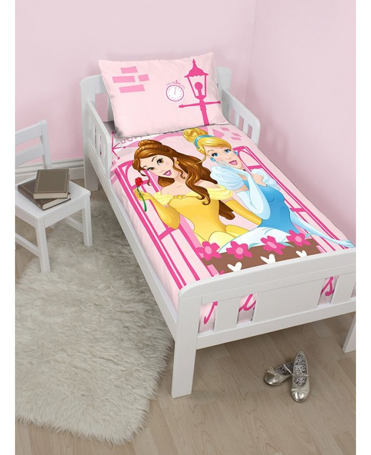 This official Disney Princess Boulevard junior duvet cover set is a must for your little princess! The duvet cover design features Belle and Cinderella framed in a pretty window on a pink background.