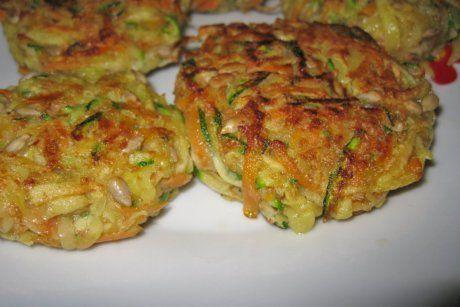 Eine tolle Version sind gebratene Gemüseschnitzel für Vegetarier. Das Rezept wird mit Karottenstreifen und Schnittlauch als Päckchen garniert.