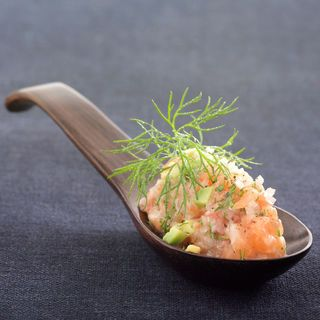 Tartare de saumon (aneth, avocat, échalotes, huile d'olive, jus de citron, saumon, tomate)