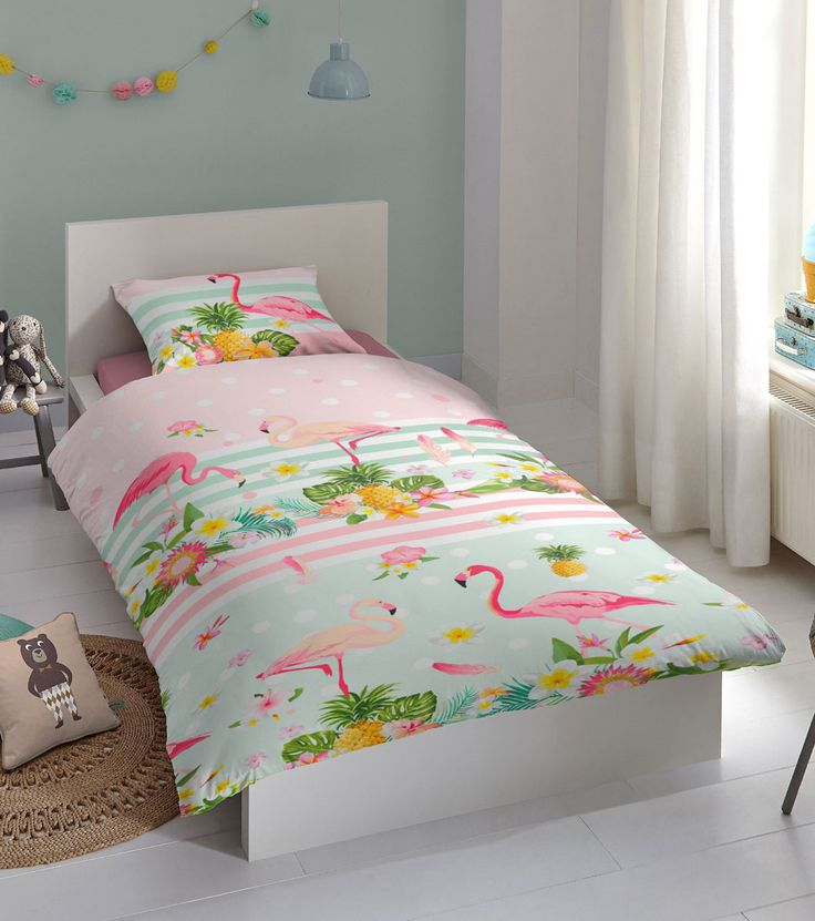 Dekbedovertrek Flamingo, Dekbedovertrek Flamingo is een spetterend kinderdekbedovertrek vol tropische taferelen: flamingo's, ananassen en kleurrijke bladeren en bloemen! Perfect #beddengoed voor een zomers sfeertje in de #kinderslaapkamer.