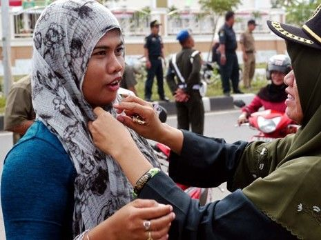 Jilbab pernah menjadi korban dari kecurigaan rezim terhadap kelompok Islam Politik. Jilbab oleh Orba diartikan secara sederhana sebagai representasi kelompok Islam ekstrimis yang bisa mengga…