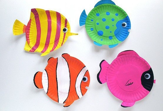 """Piatti Pesce. Dalla pagina della Piccola Bottega delle Idee segnaliamo i """"Piatti Pesce"""", dei piatti di carta usa e getta modificati e colorati come un acquario tropicale, da creare facilmente magari per una festa di compleanno di bambini."""